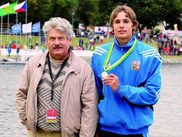 Předseda KK Jiskra Týn nad Vltavou Jaroslav Luňáček (vlevo) se mohl pochlubit dvěma úspěchy. Klub dokázal prefektně uspořádat MS v kanoistickém maratonu, jeho syn Jan si za hlasité podpory fanoušků dopádloval na C1 pro zlatou medaili.