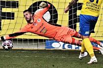 Vojtěch Vorel tímto bravurním zákrokem zneškodnil v zápase s Teplicemi Řezníčkovu penaltu.