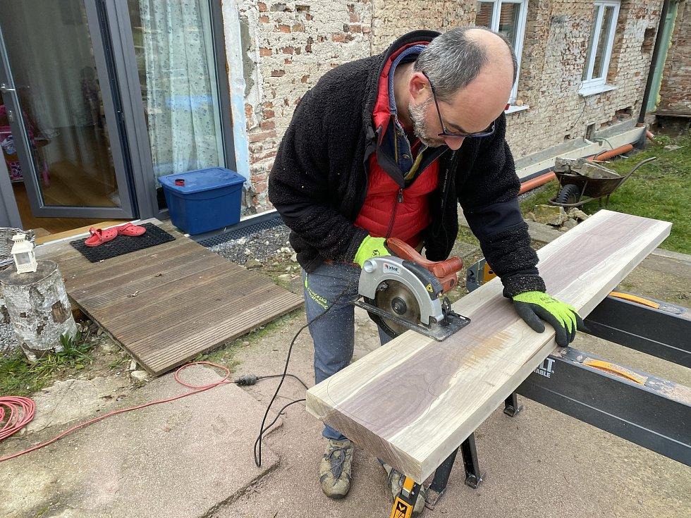 Láska ke dřevu trvá už roky. Nyní přijdou na řadu více umělecké výrobky.