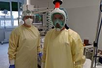 Lékaři v první linii. V těchto dnech počty pacientů s onemocněním covid-19 postupně narůstají.