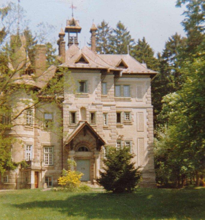 Zámeček, kde sídlí boršovský dětský domov