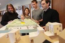 Architekti Jaromír Kročák a Petr Šikola se studenty Šárkou Kaletovou a Michaelem Šilarem.