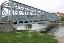 Železný most v Týně nad Vltavou tvoří překážku na cestě větším výletním lodím. Město s Ředitelstvím vodních cest musí rozhodnout  o tom, zda se most přestěhuje jinam, nebo se upraví tak, aby se jeho část mohla při proplouvání lodí zdvihnout.