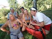 Vltava připomíná v letních měsících spíše Václavské náměstí než malebnou řeku.
