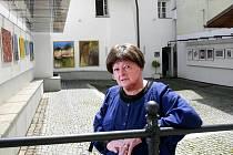 Drobná, ale energická Marie Hanučová dotáhla Vltavotýnské výtvarné dvorky, výstavu plnou osobností, do 17. ročníku. Letos potrvá do konce srpna.