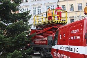 Výzdoba vánočního stromu v Českých Budějovicích na náměstí Přemysla Otakara II.