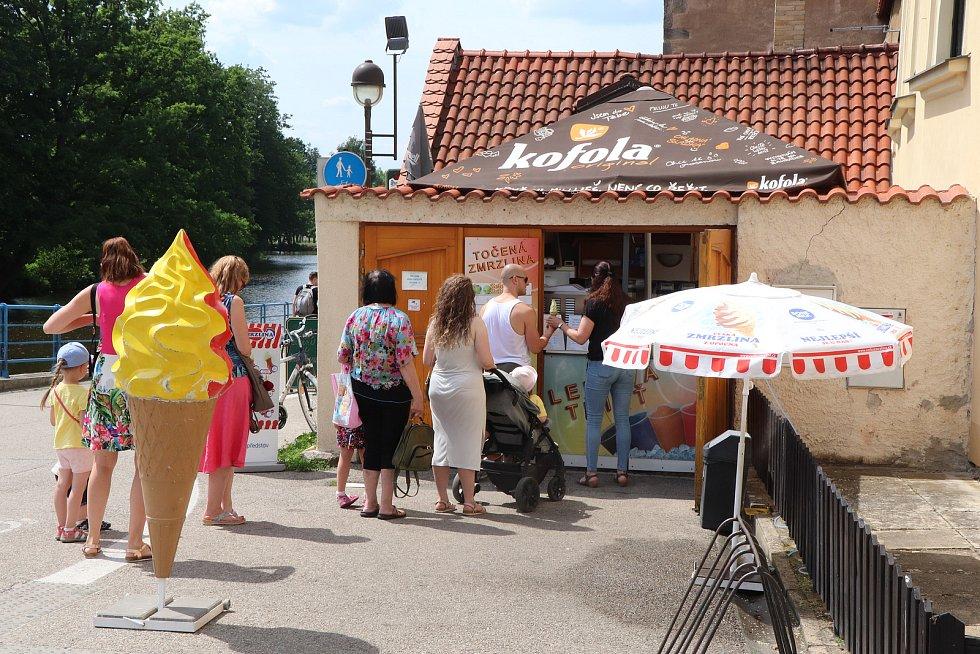Zmrzlina na Zátkově nábřeží v centru Budějovic.