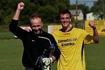 HRAJÍCÍ TRENÉR. Takhle se Pavel Janouch (vlevo) radoval z podzimních výher Dražic spolu s Michalem Hojdarem. Na jaře se zkušený brankář stane zároveň také koučem lídra tabulky.