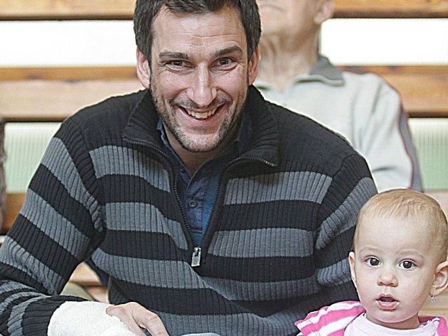 Zraněný Jan Ulč se na play off dívá z tribuny.