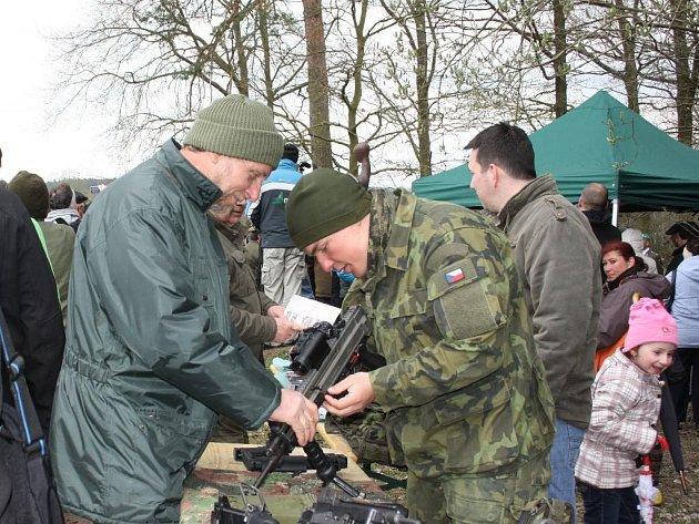 Moderní zbraně ukázali zájemcům přítomní vojáci. Největším lákadlem pietní akce v Boršově nad Vltavou byl ale průlet stíhaček JAS39 Gripen.
