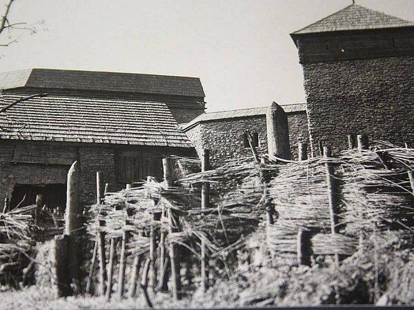 Majstrštyk Jindřicha Goetze jako osmadvacetiletý mladík dokázal za šest týdnů postavit falešné střechy nad zříceninou Kuklov pro slavný film Františka Vláčila Údolí včel.