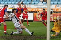 Tomáš sedláček střílí vedoucí gól Dynama, nakonec se ale z vítězství 3:1 radovali fotbalisté hostujícího Brna.
