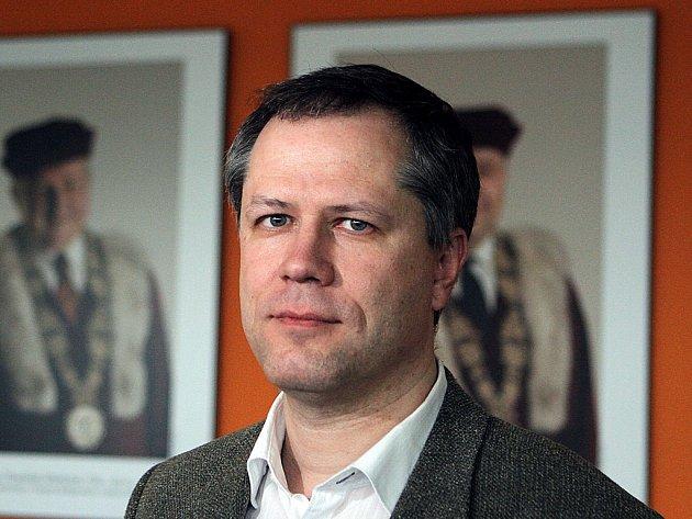 Kandidátem na rektora Jihočeské univerzity zvolili ve čtvrtek členové akademického senátu většinou 21hlasu Tomáše Machulu (na snímku).