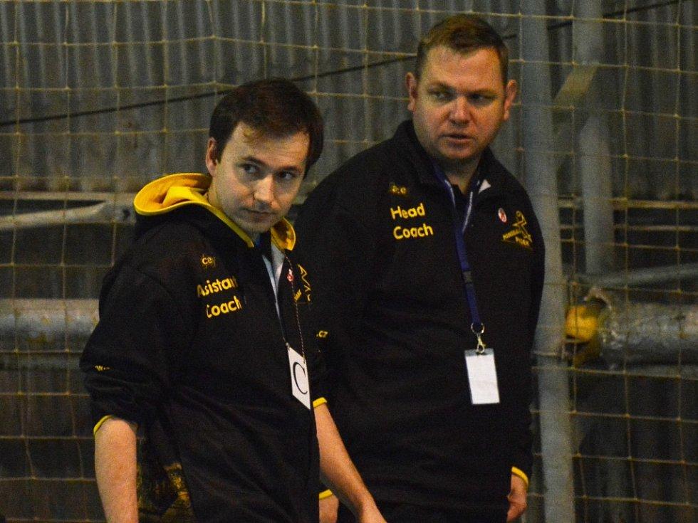 SPOKOJENOST. Trenéři Jan Slavík (vpravo) a jeho asistent Antonín Pokorný mohli svůj tým pochválit.
