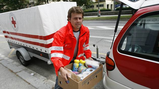 Marek Lintner z českobudějovické pobočky Červeného kříže při nakládání humanitární pomoci.