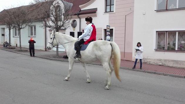 V pátek, tedy s jednodenním předstihem, přijel do Boršova nad Vltavou na náves svatý Martin.