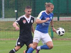 Matej Mrsič v dresu Dynama stíhá ještě donedávna svého spoluhráče Vojtěcha Šanderu: Dynamo - Táborsko v přípravném derby 1:3.