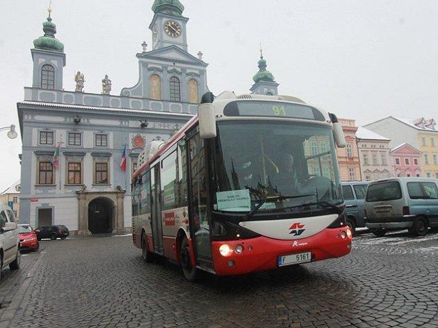 Dopravní podnik chystá novou linku, která povede přes náměstí. Jezdit by zde měly elektrobusy. Na snímku vůz, který mělo město na zkoušku půjčený z Lince v lednu 2014.