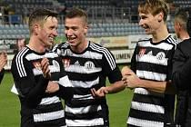 Petr Benát se spolu s Jindřichem Kadulou a Pavlem Novákem radují po výhře se Žižkovem. uspějí i v sobotu ve Vítkovicích?