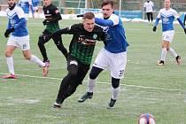 Fotbalisté Táborska na výhru s Příbramí (na snímku z tohoto utkání jedna z nových akvizicí Táborska Mojmír Trebuňák atakuje příbramského Pecháčka) nenavázali s Bohemians prohráli 2:3.a