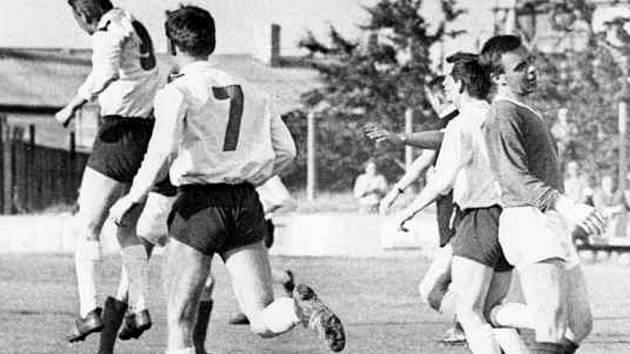 Na archivní fotografii z roku 1967 se v městském divizním derby střetla Lokomotiva s Dynamem (0:10). Na starém škvárovém hřišti v Suchém Vrbném se raduje z gólu Jindřich Novák (zcela vlevo), naopak smutní domácí Jaroslav Kamiš (vpravo).