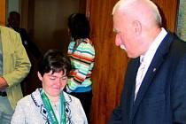 Anna Žáčková s hejtmanem Janem Zahradníkem.