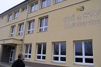 Hněvkovická střední odborná škola díky novému zateplení fasády, oknům a opravené střeše ušetří hodně na energiích.