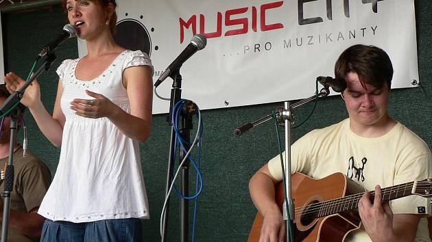 Folková skupina Jananas, hlavní objev festivalu Okolo Třeboně za poslední léta, vydala debutové album. Je plné hříček a chytrých textů i hudby. Na snímku zpěvačka Jana Infeldová a kytarista Jan Vávra při koncertě na Folkové růži v Jindřichově Hradci 2009.