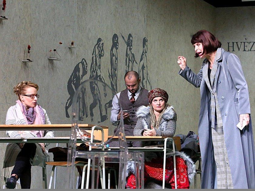 Boj rodičů s třídní učitelkou zachycuje hořká komedie Úča musí pryč!, kterou nově uvádí Jihočeské divadlo. Na snímku vpravo Věra Hlaváčková.