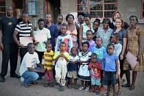 Hromadný snímek s dětmi z dětského domova a účastníky počítačového kurzu, který vedly, si Budějovičanky pořídily na památku před odletem domů.