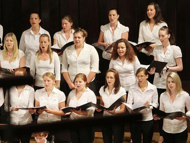 Jihočeská komorní filharmonie koncertovala 24. května s klavíristou Oliverem Triendlem a Ženským sborem PF JU České Budějovice.