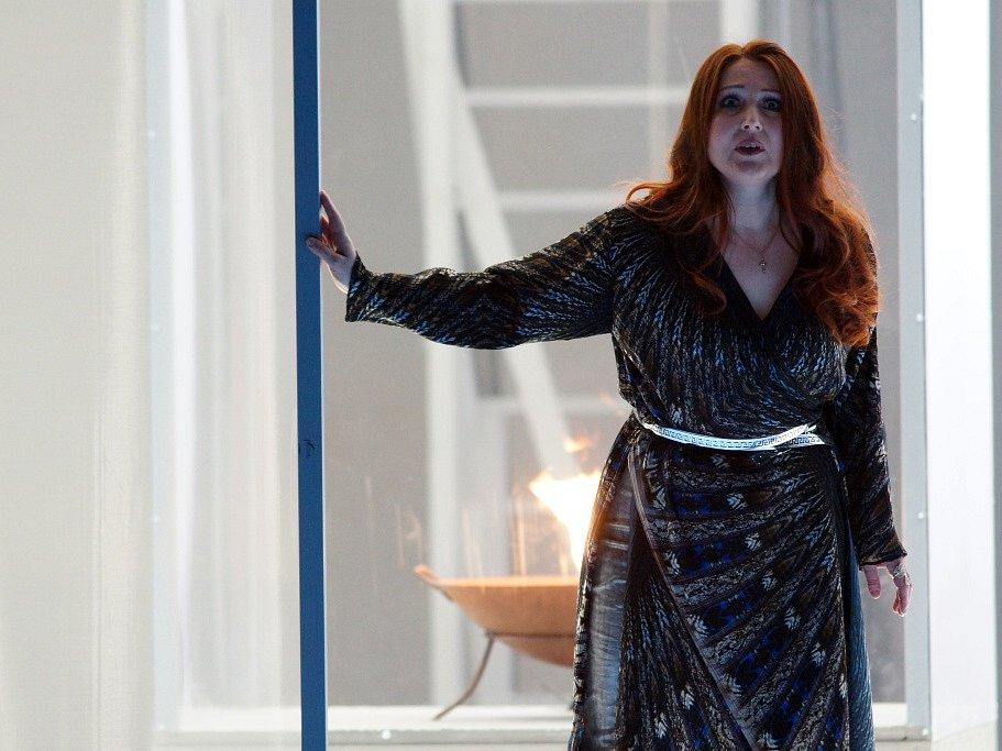 Hudební divadlo v rakouském Linci nastudovalo Wagnerovy Nibelungy. Téměř pětihodinový Soumrak bohů proměnilo v napínavý a dynamický útvar. Na snímku Elena Nebera jako Brunhilda.