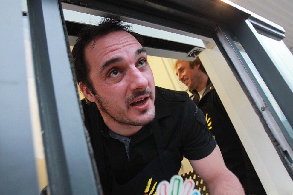 Aleš Kotalík obsluje zákazníky na DriveThru McDonald.