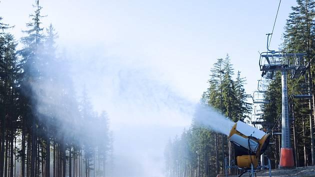 Sněžná děla v lipenském ski areálu už jsou v provozu.