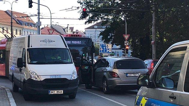 Nehoda uzavřela jízdní pruh v centru Budějovic
