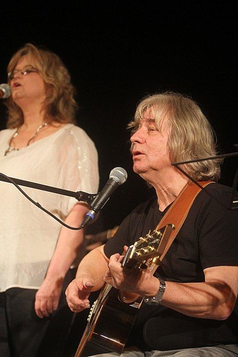 Pavel Žalman Lohonka měl 23. března koncert ke svým 70. narozeninám v českobudějovickém Metropolu. Vlevo na snímku Pavlína Jíšová.