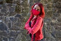 Kreativní výtvarnice Monika Brýdová ráda ladí. S oblečením kombinuje i své roušky.