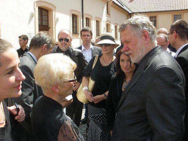 Jaromír Štětina rozmlouvá se Zdenou Mašínovou.