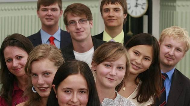 Devět studentů, kteří v uplynulém školním roce uspěli v celostátních kolech vědomostních soutěží i na mezinárodních olympiádách, se v pondělí sešlo na krajském úřadě v Českých Budějovicích.
