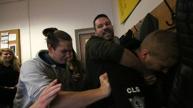 Studenti a učitelé ze Střední školy informatiky a právní nacvičovali obranu proti útočníkovi