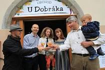 Slavnostního otevření obchodu U Dobráka se zúčastnili (zleva) dodavatel medoviny Marek Otípka, majitel domu Zbyněk Mrvík, provozovatelé Josef Kadubec a Adéla Chadimová a farmář Pavel Štěpánek. Na snímku dole je prodavačka Jaroslava Sýkorová.