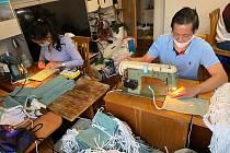 """""""Rádi pomůžeme."""" Zapojili všichni Vietnamci, jedni šijí, druzí kreslí či stříhají."""