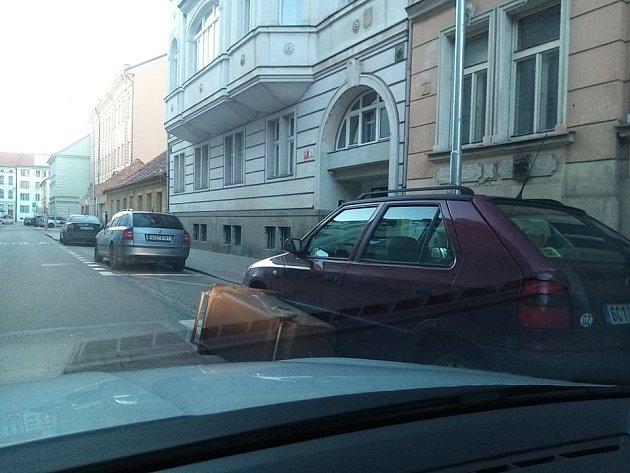 VČeských Budějovicích jsou téměř vkaždé ulici popadané popelnice, některé se zastavily až oauto. Snímek je ze  Štítného ulice.