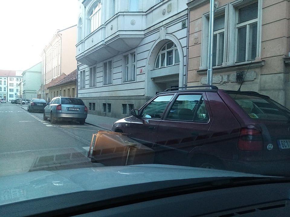 V Českých Budějovicích jsou téměř v každé ulici popadané popelnice, některé se zastavily až o auto. Snímek je ze  Štítného ulice.
