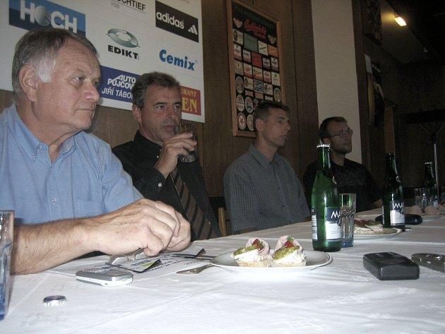 Na oficiální tiskové konferenci před startem  soutěže sdělili zástupci VK Jihostroj ČB  novinářům cíle (nejen) pro letošní sezonu. Zleva manažer Scheichl, prezident Diviš, trenér Dvořák, kapitán Pochop.