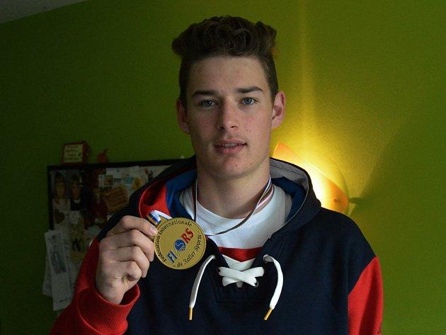 Natan Vráblík se zlatou medailí.