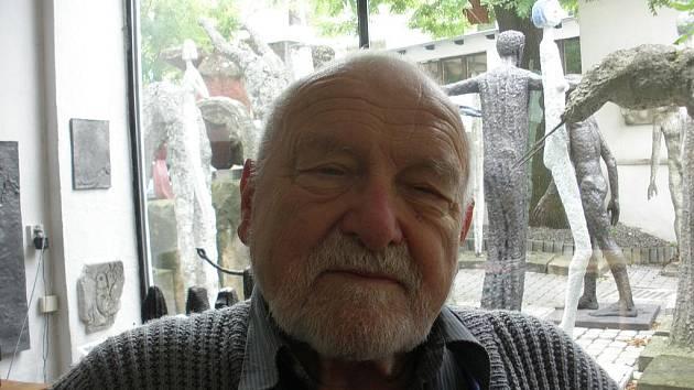 Sochař Olbram Zoubek ve svém ateliéru.