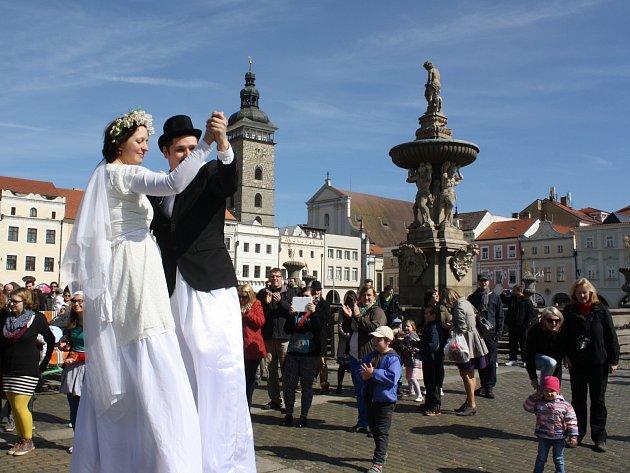 SVATEBNÍ PRŮVOD o Velikonocích připomněl v centru Českých Budějovic lásku člověka nejen k člověku, ale také k Bohu.