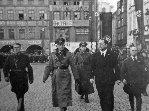 Generál Weichs sHansem Westenem po pravici a Friedrichem Davidem po levici na českobudějovickém náměstí vsobotu 18.března 1939.
