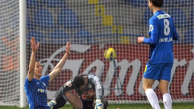 Liberecký Fleišman se raduje z třetího gólu v síti brankáře Dynama Michala Daňka, ten jen smutně věší hlavu.